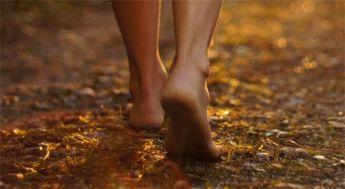 pies-descalzos-caminando
