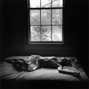 8-Yaces-sobre-la-cama-Mujer sensual-Desnuda-Erótica-Optimizada-Relatos-Espejo