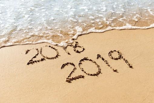 nuevo-ano-2019-reemplazar-2018-concepto-playa-mar_52701-16.jpg